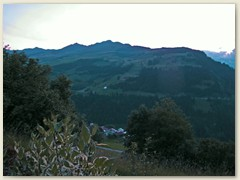 30 Nach Sonnenuntergang, Dorf Pitasch mit Piz Mundaun