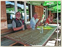 40 Beim Bergrestaurant Piz Mundaun - man beachte die Getränke -