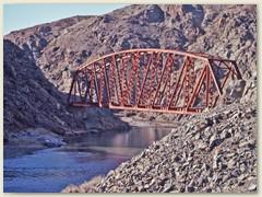 22 Eine Eisenbrücke über den Rio Chico, ich warte und warte auf den Express