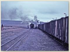 15 Kreuzung mit einem kohlenbeladenen Zug Richtung Rio Gallegos
