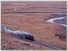 21 Kilometerweit ist nichts weiter zu sehen als eine Bahnlinie, ein Pfad und ein träger Fluss