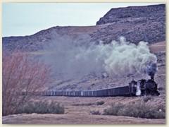 27 Der Zug fährt ab und zu an einem Höhenzug entlang