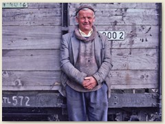 04 Der rumänische Waldarbeiter wartet und schaut uns beim  Fotografieren zu