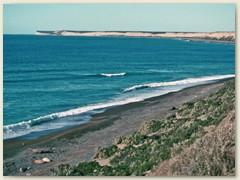12 Auf den vorgelagerten Felsplatten an der steilabfallender Atlantikküste tummeln sich Hunderte von Robben und See-Elefanten