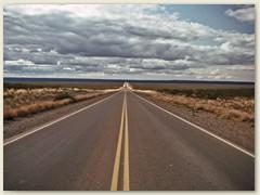 17 Wir fahren weiter, von Pta. Delgade Richtung Süden über Trewel - Comodoro Rivadavia - Santa Cruz - Rio Gallegos (Kohlenzug) - Rio Turbio nach Calafate. Kilometer um Kilometer….