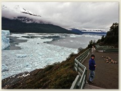 20 Am Abend auf der Aussichtsterrasse beim Moreno Gletscher. Nur wir drei an diesem Tag. Heute ein touristisches Ziel