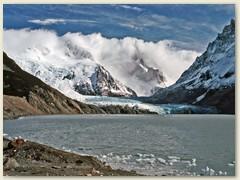 32 Hinter dem Gletschersee versteckt sich der Cerro Torre in den Wolken