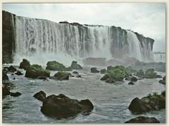 50 Mitten im Tropenurwald stürzen sich die Wassermassen des Iguazu in vielen grossen und kleinen Wasserfällen über eine 80 Meter hohe Felsbarriere in die Tiefe