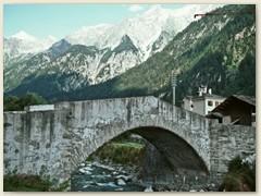 03 Die alte Bogenbrücke aus dem 16. Jahrhundert führt über die Maira