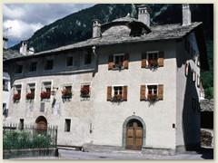 04 Rathaus mit runden Senvelenturm. Links beim Eingang der Prangerblock mit der Halskette