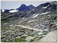 11 Ein breiter Wanderweg führt von Murtel auf die Fuorcla Surlej