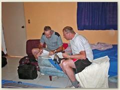 04_Mit Bruder Fritz studiere ich unsere geplante Reiseroute - Honduras - Guatemala - El Salvador - Honduras. Detaillierte Landkarten sind meist nicht vorhanden