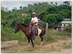 08_Ein Dorfbewohner stolz zu Pferd. Zwischen Stadt und Land liegen Welten betreffend Infrastruktur und medizinischer Versorgung