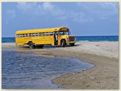 14_Ein lokaler Bus, der überall anhält. Manche einheimische Fahrgäste bekreuzigen sich vor der Abfahrt ...