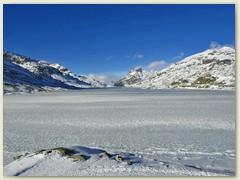 15r Eine dünne Eisschicht überdeckt den Lago