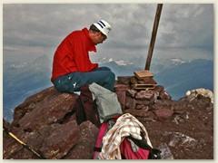 07_Tagesziel erreicht. Piz Lischana 3105m Felix kümmert sich um das Gipfelbuch