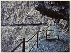15_Die imposante Schlucht führt im langen Val d'Uina hinab nach Sur En