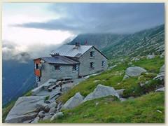 40_Die Hütte ist den Besuch wert. Vor allem die Lage zwischen den mehr als beeindruckenden Dreitausendern, der Weitblick das Tal hinab und die Abgeschiedenheit in diesem Seitental machen es aus
