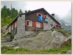 56_Die Hütte liegt in einer sehr schönen, mit Lärchen bestandenen Moorlandschaft
