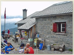 57_Die Capanna Sasc Furä liegt auf einer Höhe von 1'904 m ü. M. unterhalb der Nordkante des Piz Badile.