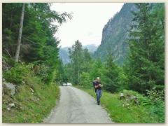 62_Unterhalb Laret führt eine einspurige Schotterstrasse nach Promontogno und Bondo