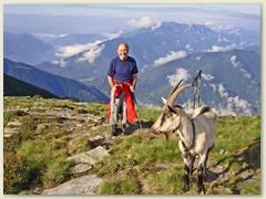 29_Klaus Begleiterin weist uns den Weg zur Passhöhe
