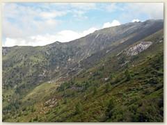 31_Beim Abstieg nochmals ein kurzer Blick auf die Alp und unsere gestrige Aufstiegsroute im Hintergrund. Ganz rechts oben die Cima di Nimi
