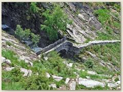 32_Über eine uralte Steinbrücke führt der Weg abwärts ins Valle Maggia