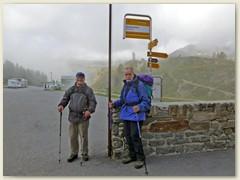 01_Vormittag, Postautohaltestelle Simplonblick beim Simplon Kulm 2006 m. Im Hintergrund das Wahrzeichen, der Steinadler