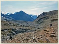10_Das Gelände nimmt alpinen Charakter an, der Bergweg führt auf eine Geröllschulter