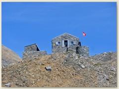 18_Die Monte Leone Hütte 2848 m steht auf einem kleinen Felskamm und gehört dem CAS der Sektion Sommartel