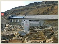 19_Neben der Hütte verläuft die Staatsgrenze Schweiz - Italien