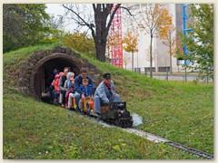 15_Die WB 6 mit 4 Wagen verlässt den Tunnel