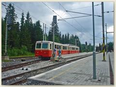 10_Bahnhof Štrbské Pleso. Die Zahnradbahn fährt nach Štrba. Die Schmalspurbahn nach Tatranska Lomnica