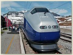 06_Von Oslo nach Bergen mit der Bergenbahn. Die 100 Km lange Strecke ist eine der schönsten Bahnlinien in Norwegen. Höchster Bhf Finse 1222,2 m