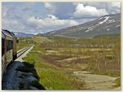 17_Nordland ist geprägt von vielen Tälern, Bergen und Fjörden. Durch diese Landschaft fährt die Nordlandbahn