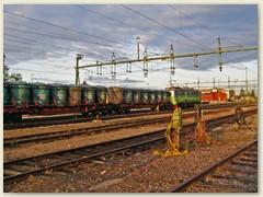 32_Ein schwerer Güterzug durchfährt den Bahnhof Gällivare