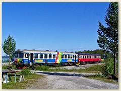 38_Zwei Triebwagen der  Inlandsbahn bei einer Haltestelle Jokkmokk