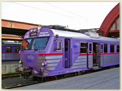 48_Ein Regionalzug wartet auf den Abfahrtsbefehl