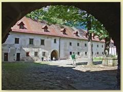 28_Ein altes Kloster mit grossem Innenhof und einem Museum