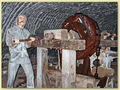 35_Die unterirdische Wieliczka enthält fast 300 Km Grubengebäude und etwa 3000 Kammern. Seit 1978 ist es UNESCO-Weltkulturerbe
