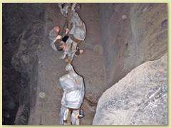 37_Die unter der Stadt versteckten, auf neun Ebenen aufgestellten Grubenbebäude sind 327 m tief. Schichtarbeiter im Abstieg in einen Schacht