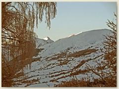 51_In der Kälte scheint die Morgensonne auf den Piz Gren und Piz Cavel