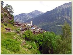08_Das Dorf schmiegt sich auf einer kleinen Terrasse an die Felsen, welche sehr steil  zum Talgrund abfallen
