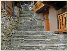 19_Etliche Steintreppen befinden sich im Dorf