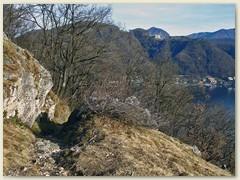 03_Ein schmaler Pfad umgibt den Monte Caslano