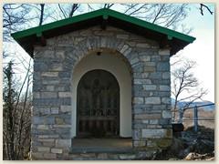 04_Eine Kapelle steht auf dem aussichtsreichen Gipfel