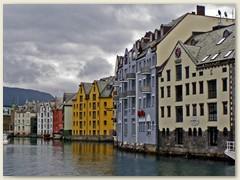 23_Ålesund, der Hafen und das Zentrum an reizvoller Lage ist ein Touristenziel