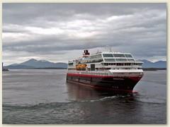 24_Begegnung mit einem Schwesterschiff der Hurtigruten (norwegisch für die schnelle Route)