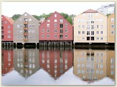 28_Am Flussufer alte Holzhäuserarchitektur